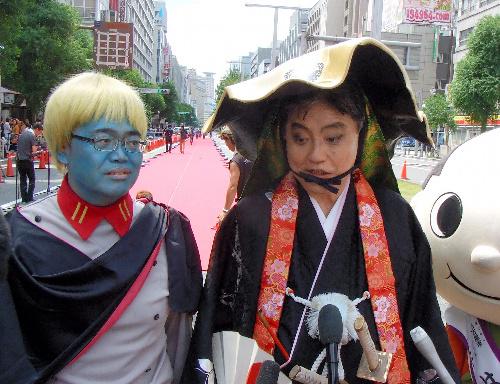 カラー写真:宇宙戦艦ヤマトのデスラー総統に扮した大村知事(左)と、尾張7代藩主徳川宗春に扮した河村市長=名古屋市中区、加藤写す