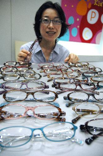 写真:「ボストンクラブ」デザイナーの細川さん=18日、東京での眼鏡の国際展示会