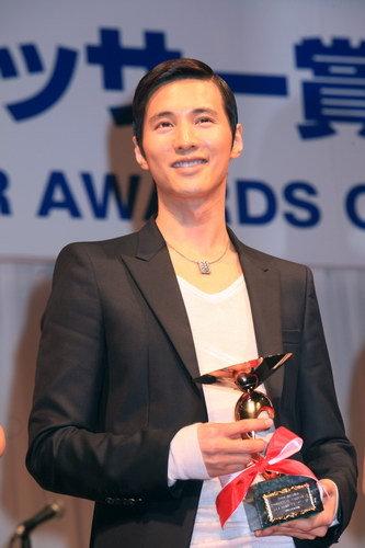 写真:男性特別賞を受賞したウォンビン