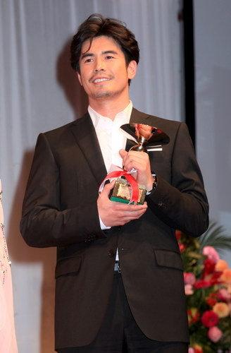 写真:男性部門で受賞した伊藤英明