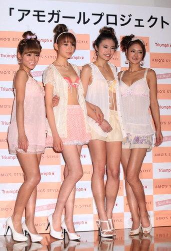 カラー写真:「アモガール」の福住夏希、トリンドル玲奈、青山レイラ、荒井奈緒美(左から)