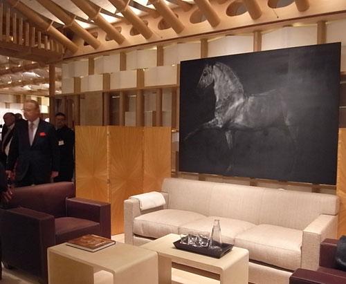 写真:エルメスがフォーリ・サローネでは初めて、本格的なイベントを行っていた。坂茂設計の紙管による館を作り、エルメスの皮革技術を存分に発揮した家具を展示。