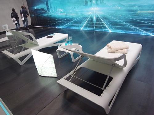 写真:デュポンのトロン展。写真は伊藤節&志信デザインで、寝椅子はデュポン・コーリアン、照明はデュポン・タイベック製の和紙と見間違える新素材を用いている。