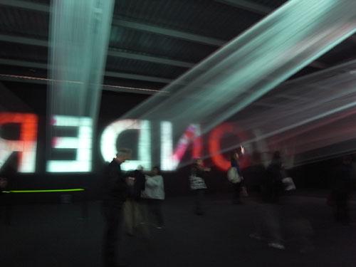 写真:キヤノン「NEOREAL」展。無数の建築用つぼ糸を張って、あたかもプロジェクションの光線が放たれているかのような効果を生んでいる。
