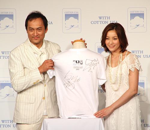写真:チャリティー用のTシャツにサインをした渡辺謙と瀬戸朝香