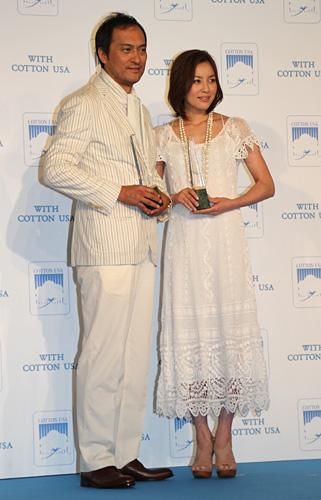 写真:爽やかな白の装いで合わせた渡辺謙と瀬戸朝香