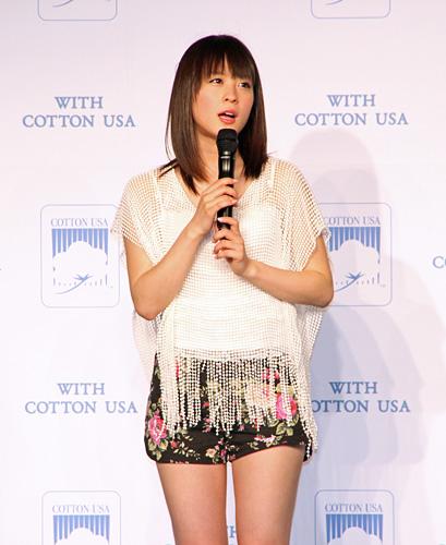 写真:昨年度受賞者の北乃きいは、コットンのイメージソングを披露した