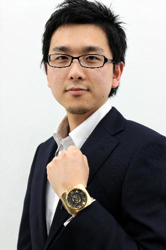写真:菊野昌宏さん。腕にはめているのがバーゼルに出した不定時法の腕時計