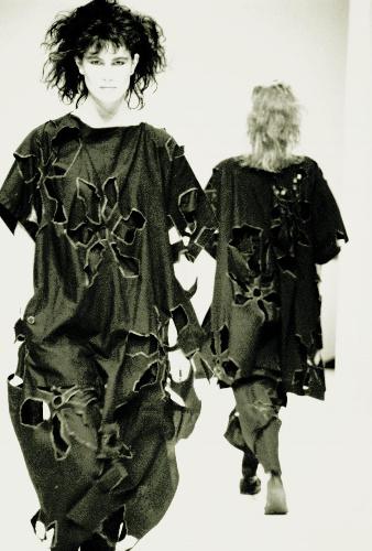 写真:ヨウジヤマモト(1983年の作品)