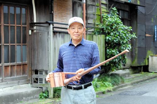 写真:盆栽用の銅製如雨露を作る根岸修さん(如雨露は2万2050円より)