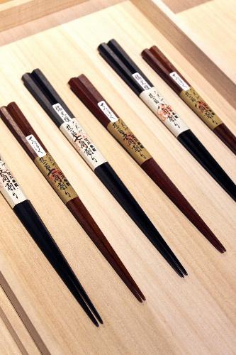 写真:手作業で多角形に削られた「大黒屋」の箸(3150円より)