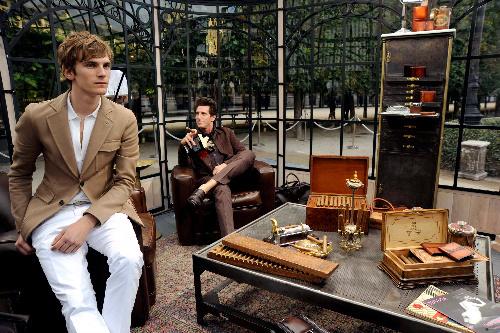 写真:パリで6月、パレ・ロワイヤルの中庭を借り切って披露されたベルルッティのコレクション