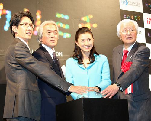 写真:点灯の瞬間。左からGILC・笹野代表、全銀座会・銀座通連合会・小坂理事長、菊川怜さん、矢田中央区長