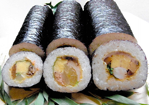写真:写真左から「春来こうさん巻」「恵方黄金巻」「黒毛和牛福巻き寿司」