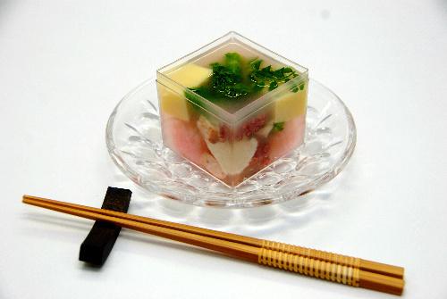 写真:「鯛のスープのゼリー寄せ」