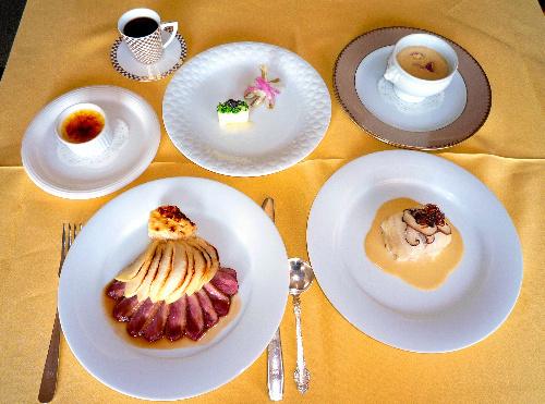 写真:「レストラン菊水」のシェフおすすめのランチコース