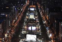 ライトアップされた「第68回さっぽろ雪まつり」大通会場の大雪像