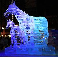 道新 氷の広場「馬の親子」(C)北海道新聞社