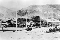 1867年7月(慶応3年6月)に「兵庫港」として開港して数年後の神戸港の姿。現在の神戸税関の西側から海岸通りを見たところ