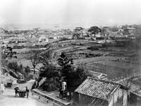 神戸・宇治川(現在の神戸市中央区)から見た神戸港と市街地。右手は大倉山=1887年