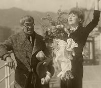 フランスへ一時帰国する妻のマドレーヌと、見送る画家の藤田嗣治=1935年2月23日、神戸港の照国丸船上