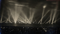 海軍特別大演習観艦式で神戸港沖に集まった艦隊のサーチライト=1936年10月29日