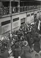 第1回ヨーロッパ公演を終え神戸港に帰国し、デッキから出迎えの人たちに手を振る宝塚少女歌劇団=1939年3月4日