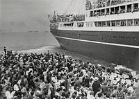 神戸港から靖国丸に乗って「日独伊親善芸術使節団」として第1回ヨーロッパ公演に出発する「宝塚少女歌劇団」。多くの宝塚ファンが岸壁から見送った=1938年10月2日