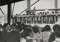 神戸港から靖国丸に乗って「日独伊親善芸術使節団」として第1回ヨーロッパ公演に出発する「宝塚少女歌劇団」。多くの宝塚ファンが見送った=1938年10月2日