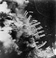 1945年6月5日、米軍機から神戸港一帯に降りそそがれる焼夷弾の雨=神戸港上空、米軍撮影