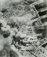 B29が神戸上空に侵入、焼夷弾の雨を降らせた。写真は猛爆を受ける神戸港と中心部付近。神戸市の約20%が焼けた=1945年6月5日、米軍撮影