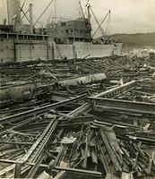 神戸空襲で焼け落ちた神戸港第一突堤上屋=1945年9月3日