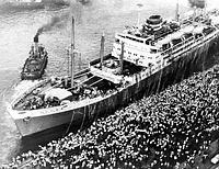 戦後最大の移民船、大阪商船の新造船ブラジル丸が、760人をのせて出帆=1954年7月30日、神戸港第1突堤