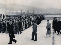 植樹行事のため神戸市に滞在し、神戸港視察のため神戸港第七突堤にある神戸埠頭株式会社の屋上に着いた昭和天皇と香淳皇后の両陛下=1954年4月7日