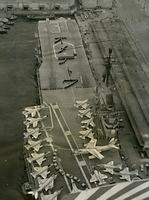 美智子さまの親王ご出産を祝い、神戸入港中の米海軍の空母「ボノム・ リシャール」の飛行甲板に描かれた「オメデトウ」の人文字=1960年2月27日、神戸港、朝日新聞社機から