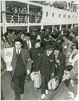 奄美大島から神戸港に着いた集団就職の学生たち=1960年3月29日