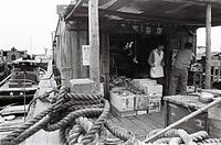 日用品を船に積んではしけの間を回る商売や、水上マーケットもある=1964年