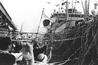 神戸港から移民船として最後の航海に出るさんとす丸。入り乱れるテープに万感がこもる=1965年6月1日