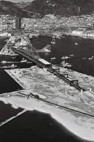 高速道路がのび、神戸商工貿易センター(左上)が出現したミナト神戸。海では人工ふ頭・ポートアイランドの建設が進んでいる=1970年、朝日新聞社ヘリコプターから