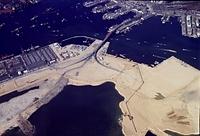 1971年12月、埋め立てが進む神戸港沖の人工島「ポートアイランド」。総面積436万平方メートルは万国博会場を上回る規模。現在埋め立ては40パーセントまで進んでいる。コンテナ船用の埠頭の一部はすでに使