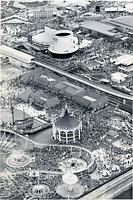 連休後半の中日、人でうまったポートピア81の会場。4日、入場者が初めて20万人を突破、過去最高を記録した=1981年5月4日、朝日新聞社ヘリから