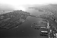 新港埠頭(右)とポートアイランド(左)=1990年12月12日