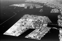 街づくりが進む神戸のウォーターフロント。手前から六甲アイランド、ポートアイランド、ハーバーランド=1993年3月5日