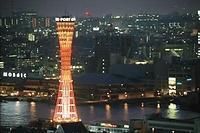 地震後初めて明かりが戻ったポートタワー。ミナト神戸のシンボルが28日ぶりに点灯、夜の名所が一つ復活した=1995年2月14日