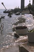 神戸港の岸壁の多くが陥没。メリケンパーク岸壁の陥没で海中に没したフラワーポット。街灯も海中で傾いている=1995年1月21日