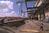 神戸港摩耶埠頭の岸壁が地震のため陥没し、大きな段差ができた。写真は、2メートルも陥没した岸壁=1995年1月27日