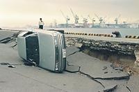 地震で岸壁が陥没し、横転した乗用車=1995年1月17日