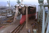 進水式で海上へ滑り出す貨物船エバーウルトラの巨大な船体=1996年2月15日