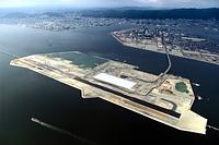 建設が進む神戸空港(手前)と医療産業都市構想の拠点となったポートアイランド=2004年12月21日、朝日新聞社ヘリから