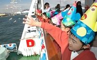 神戸港の海上に豆を投げる幼稚園児たち=2005年2月2日